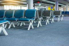 Inre tomma platser av avvikelsen är slö på flygplatsen, väntande område med stolar Royaltyfria Foton