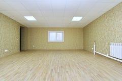 Inre tomt kontorsljusrum med den gröna tapeten som är omöblerad i en nybygge Royaltyfri Bild