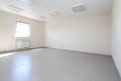 Inre tomt kontorsljusrum med den vita tapeten som är omöblerad i en nybygge Royaltyfria Bilder