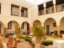 Inre trädgård (uteplats) av det historiska huset i Cordoba Royaltyfria Bilder