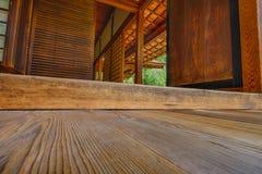 Inre träpanelgolv och väggar av den Shofuso japanen Arkivbilder