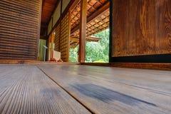 Inre träpanelgolv och väggar av den Shofuso japanen Royaltyfri Bild