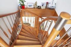 Inre trappuppgång för trä arkivfoto