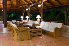 inre tropiskt lobbymottagande för hotell arkivbild