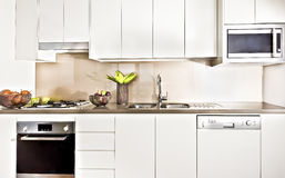 Inre upplyst för modernt kök med ljus Royaltyfri Bild