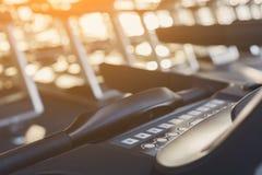 Inre utrustning för modern idrottshall, trampkvarnkontrollbord för cardio utbildning arkivbild