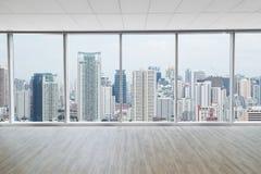Inre utrymme av det moderna tomma kontoret med stadssiktsbakgrund