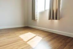 Inre utrymme, tomt rum, pläterar trägolvet med öppnat fönsterhälerisolljus i morgonen arkivfoto