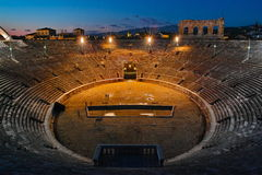 Inre Verona Arena på natten royaltyfri foto