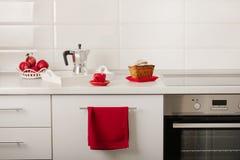 Inre vitt kök med kökhjälpmedel och röd lerkärl royaltyfria bilder