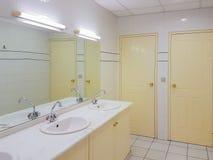 Inredesign av en ren offentlig toalett Royaltyfri Bild