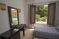 Inredesign av sovrummet i lyxig villa med trädgårds- sikt royaltyfri bild