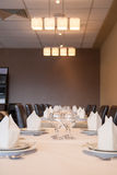 Inre av den moderna restaurangen, tomt exponeringsglas bordlägger på. arkivfoton