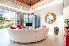 Inredesign i vardagsrum med soffan eller soffa och television arkivbilder