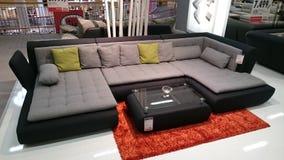 Inredesign: soffa- och kaffetabell arkivfoto