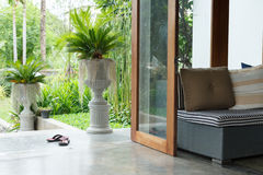 Inredesign, soffamöblemang i vardagsrum med naturliga gard Arkivbilder