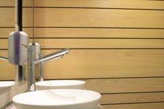 Inrehandfat och trävägg av en badrum Royaltyfri Foto
