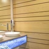 Inrehandfat och trävägg av en badrum Fotografering för Bildbyråer