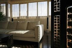 Inreuppehälle med sofaen arkivfoton