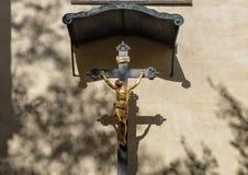 INRI pequeno com figura do ouro de Jesus que está sendo crucificado, Praga, República Checa foto de stock royalty free
