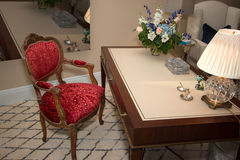 Inrikesdepartementetskrivbord och stol Fotografering för Bildbyråer