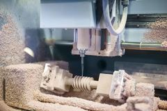 Inrista f?r CNC - mala maskin under arbete royaltyfri fotografi