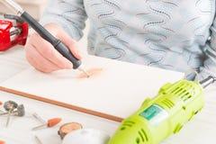 Inrista tegelplattan med det roterande mång- hjälpmedlet Royaltyfria Bilder