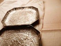 Inristad metall blommar på en bakgrund för brunt papper Royaltyfri Bild