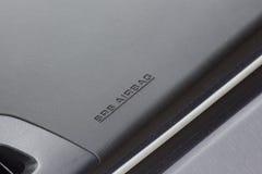 Inristad SRS-Airbag text på instrumentbrädan Arkivbild