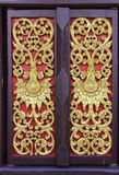 Inristade guld- blommor på träfönster i tempel Royaltyfria Foton