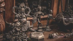 Inristat antikt Handcrafted brons statyn royaltyfria bilder
