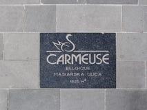 Inristat ID-Märke av den belgiska gruvbolaget Carmeuse, som producerar limefrukt och kalksten arkivbild