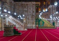 Inristat marmorera den alabaster- plattformen Minbar och den trägröna dekorerade plattformen, moské av Muhammad Ali, citadell av  arkivfoto