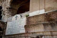 Inristat marmortecken på sida av colosseumen för Amphiteatre Flaviu royaltyfri foto