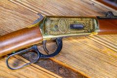 Inristat tappninggevär på gammalt västra trä arkivfoton