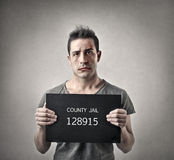 Ins Gefängnis gehender Mann Lizenzfreies Stockbild