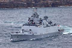 INS Sahyadri F49 shivalik-Klasse heimelijkheids veelzijdig fregat van de Indische Marine vertrekkend Sydney Harbor stock foto's