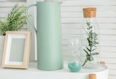 Insabbi l'orologio, il vaso e la decorazione nella stanza Interno di concetto, decori fotografie stock