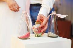 Insabbi la cerimonia su nozze, sposo stanno chiudendo il vaso fotografia stock