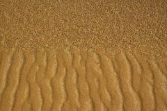 Insabbi la struttura in deserto fatto da oro e dalla sabbia nera fotografia stock libera da diritti