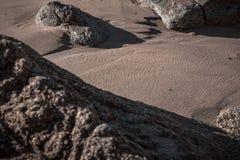 Insabbi una roccia in una spiaggia immagini stock libere da diritti
