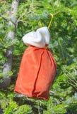 Insacchi con i regali di Santa Claus su un pelliccia-albero Immagine Stock Libera da Diritti