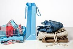 Insacchi con i vestiti del colorfull sull'le vendite contro Immagini Stock Libere da Diritti
