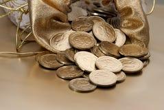 Insacchi con le monete di oro su una priorità bassa dell'oro Fotografia Stock Libera da Diritti