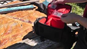 Insacchi da quale eliminano gli accessori per una foto e un video della camera stock footage