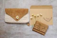 Insacchi la raccolta contenta degli accessori nel tema beige di colore con la borsa, l'etichetta di carta, camomilla Fotografie Stock Libere da Diritti