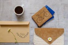 Insacchi la raccolta contenta degli accessori nel tema beige di colore con la borsa, l'etichetta di carta, camomilla Fotografia Stock