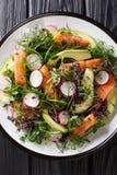 Insalata appena preparato del pesce rosso, dell'avocado, del ravanello e di una miscela di micro primo piano verde su un piatto V fotografia stock