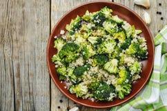 Insalata arrostita della quinoa dei broccoli dell'aglio Fotografia Stock