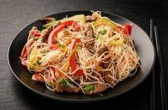 Insalata asiatica con le tagliatelle, il manzo e le verdure di riso Immagine Stock